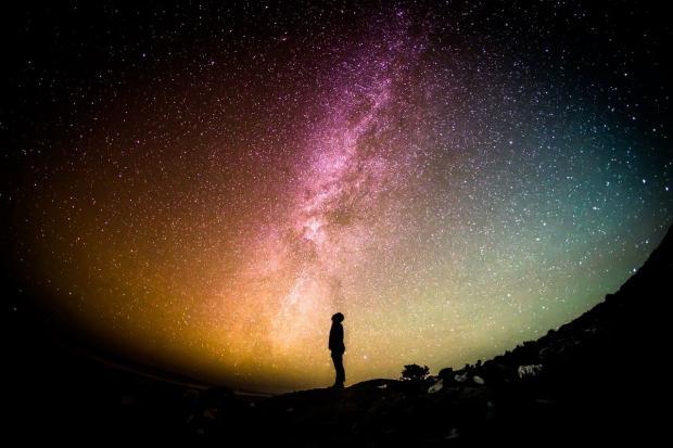 человек смотрит на звездопад