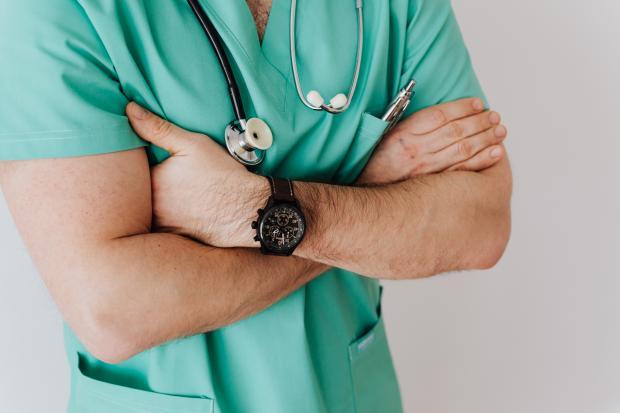 врач с фонендоскопом на шее