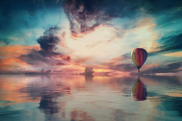 воздушный шар летит над морем