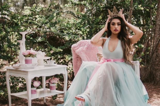 девушка в пышном платье и короне