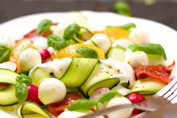 тарелка салата из овощей и сыра