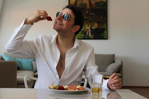 мужчина в белой рубашке ужинает