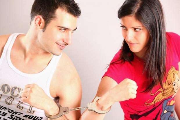 партнеры приковали себя друг к другу наручникам