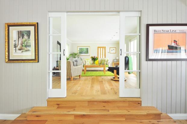 красивый интерьер светлой гостиной