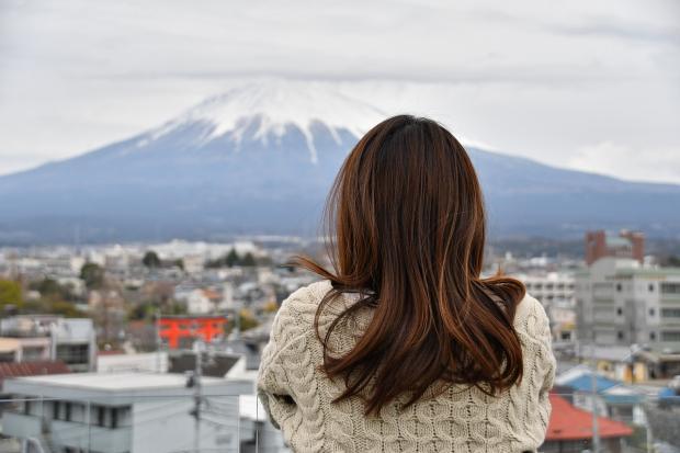 девушка смотри на гору под снегом