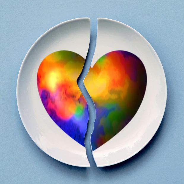 разбитое сердце на белой тарелке