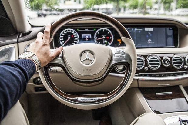 рука на руле автомобиля