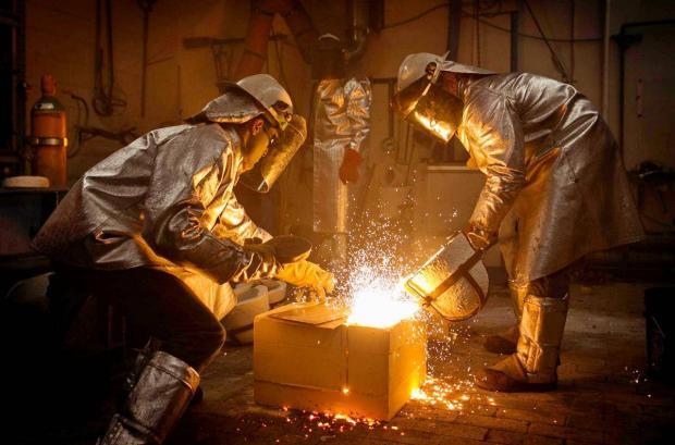 два металлурга варят сталь