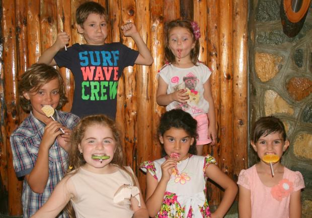 группа детей ест конфеты