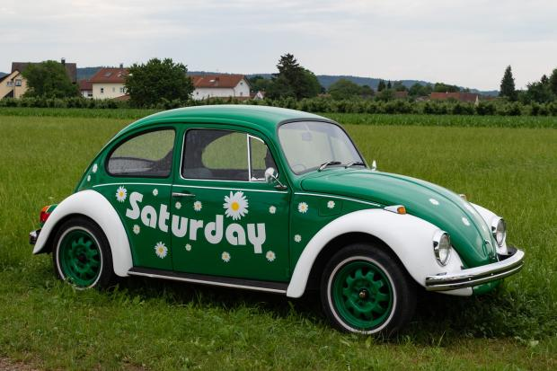зеленый жук фольксваген с надписью суббота