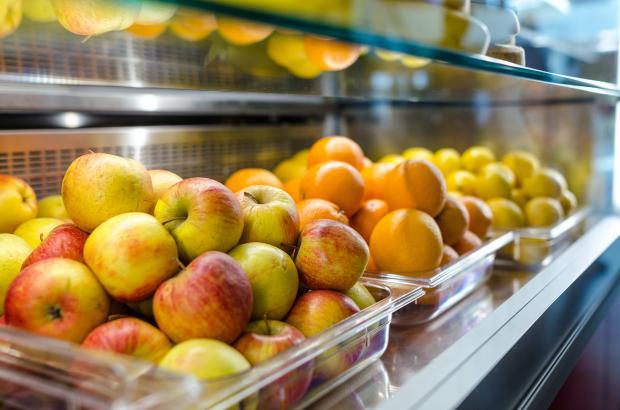яблоки, лимоны и апельсины на полке магазина