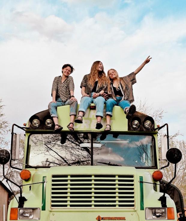 три девушки на крыше автобуса