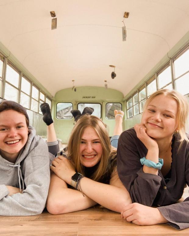 три девушки в автобусе