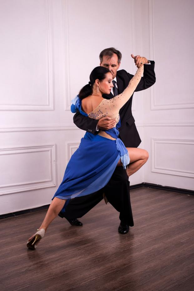 пара танцует танго