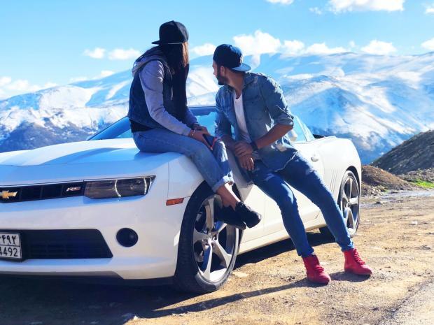 влюбленные около белой машины смотрят на горы