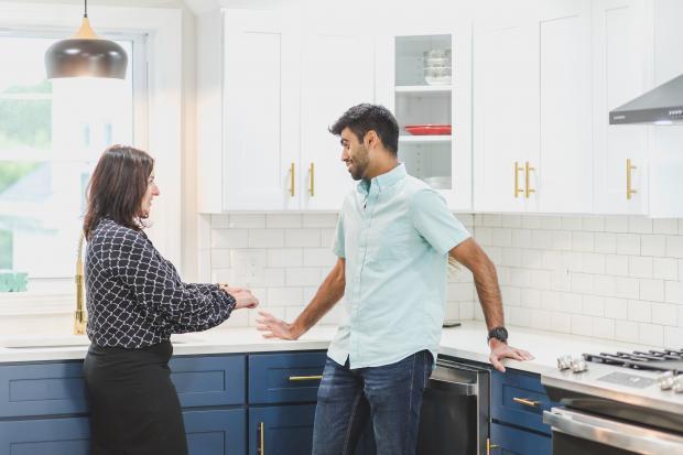 супруги разговаривают на кухне