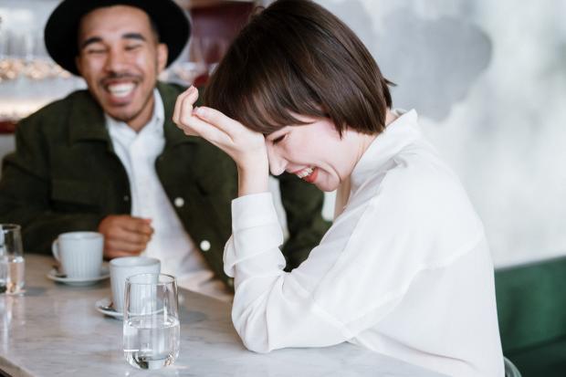веселый разговор в кафе
