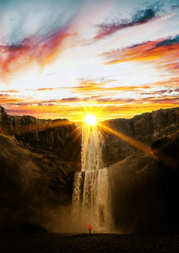 солнце ярко светит над водопадом