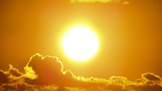 яркое солнце за облаками
