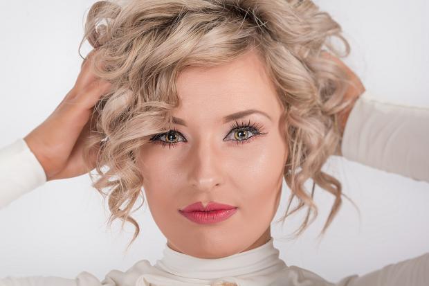 красивая блондинка с новой прической