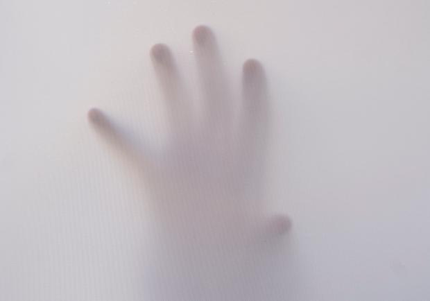 рука в белой простыне