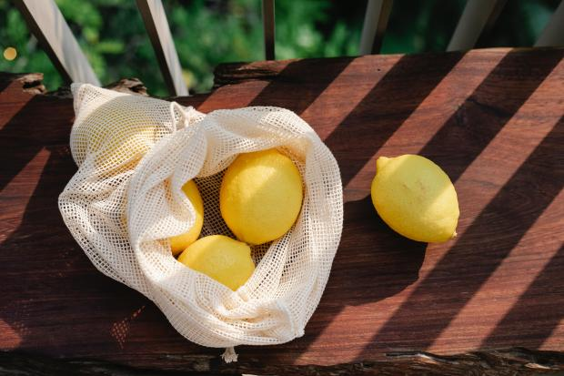 лимоны в белой сетке