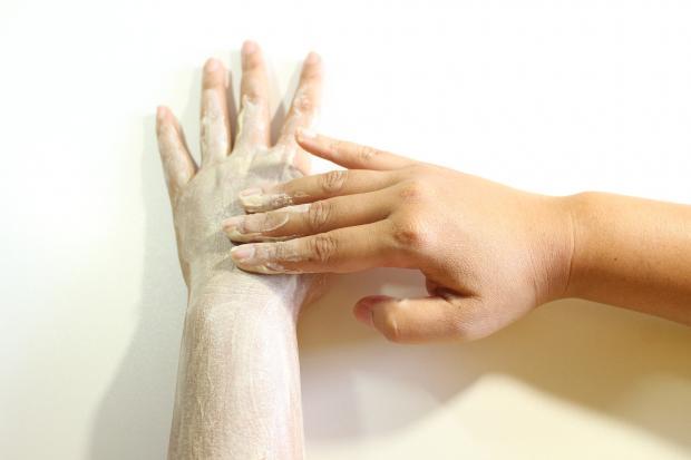 женские руки, крем на коже