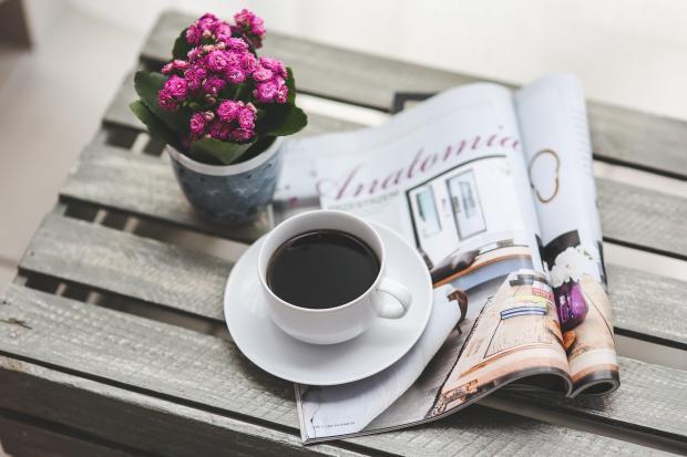 чашечка кофе, газета, горшочек с цветком