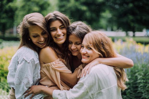 подруги обнимаются и смеются