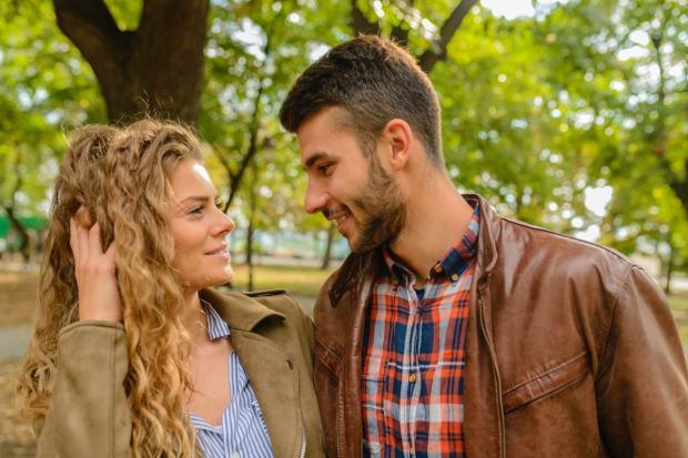 мужчина и девушка флиртуют