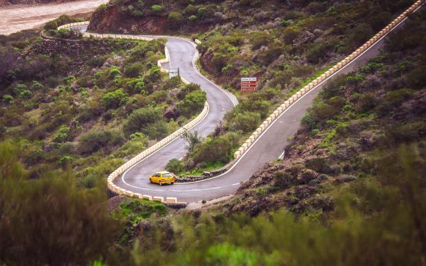 извилистая дорога в горах