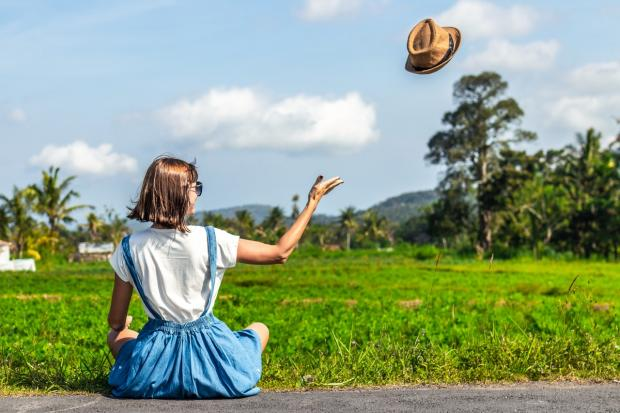девушка в голубом сарафане кинула вверх шляпу