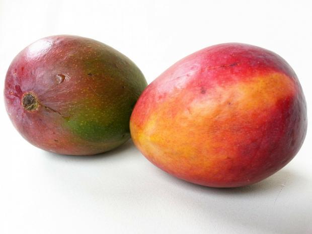 два плода манго