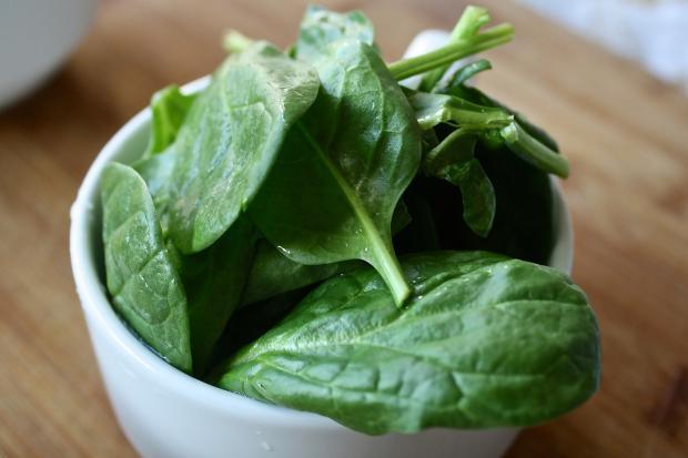 листья шпината в мисочке