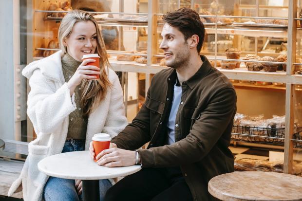 двое пьют кофе в кондитерской