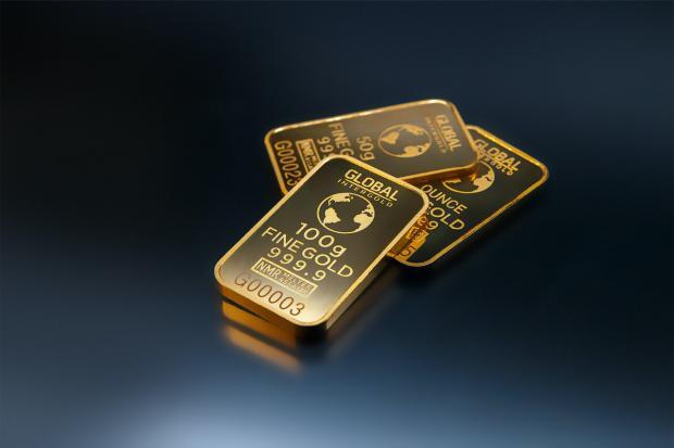 лежат слитки золота