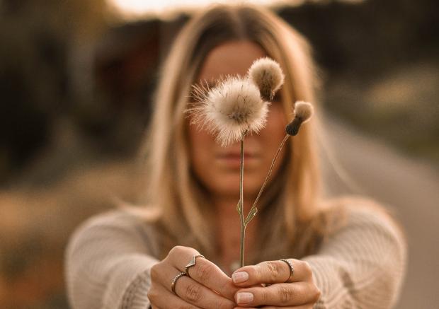 девушка с пушистыми цветами в руках