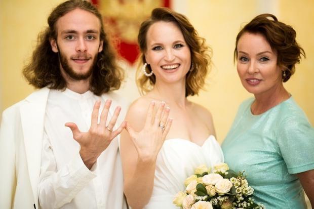 Жанна Эппле с сыном и невесткой