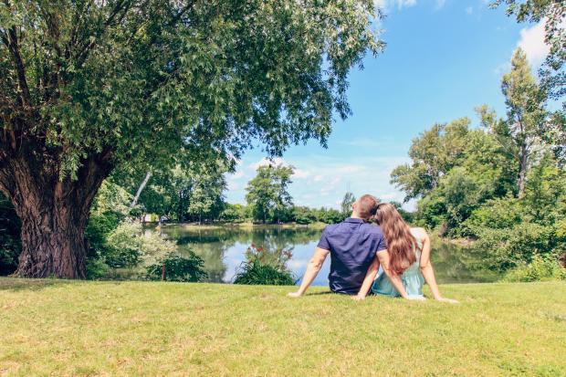влюбленная пара на берегу водоема