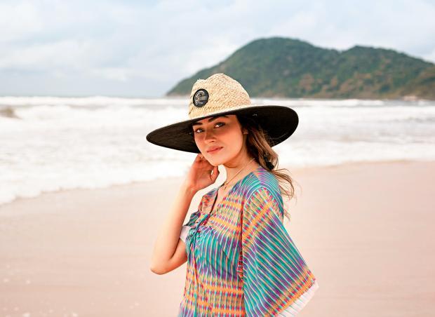 девушка в соломенной шляпе на пляже