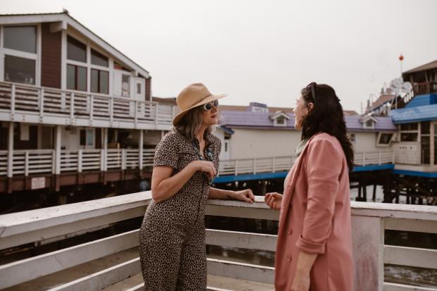 две женщины разговаривают на балконе