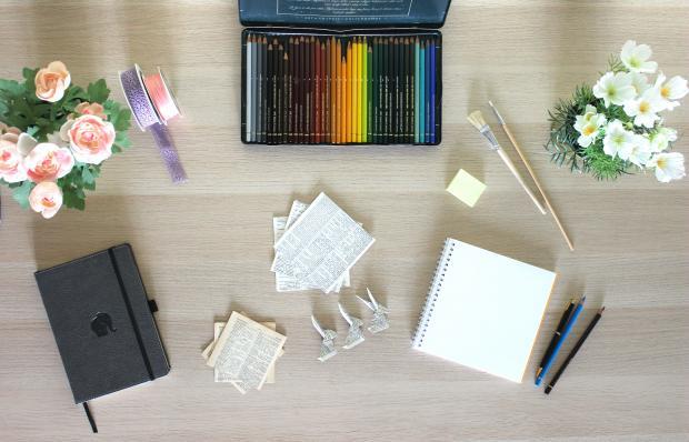 карандаши, блокнот, бумага, цветы, кисточки, ручки, лента