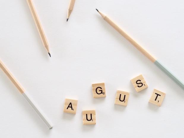 из деревянных кубиков выложено слово август