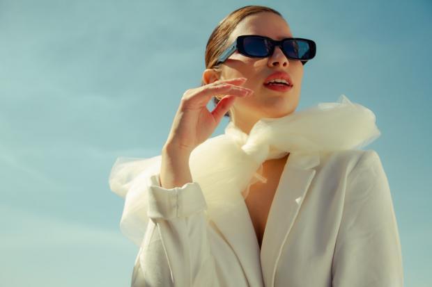 девушка в белом костюме и темных очках