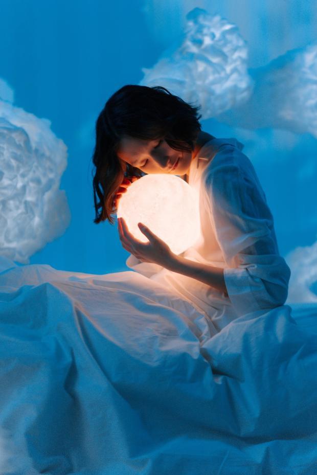 девушка держит светящийся хрустальный шар