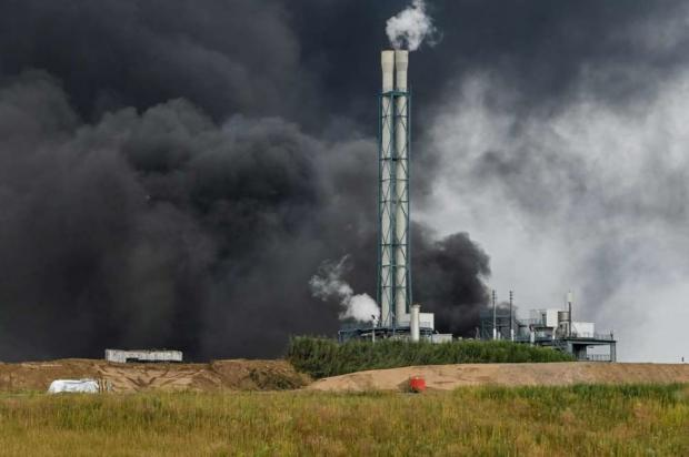 черный дым над заводом