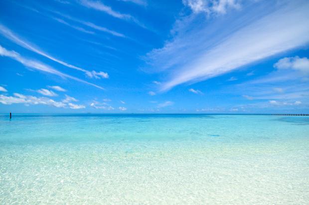 голубое море под синим небом