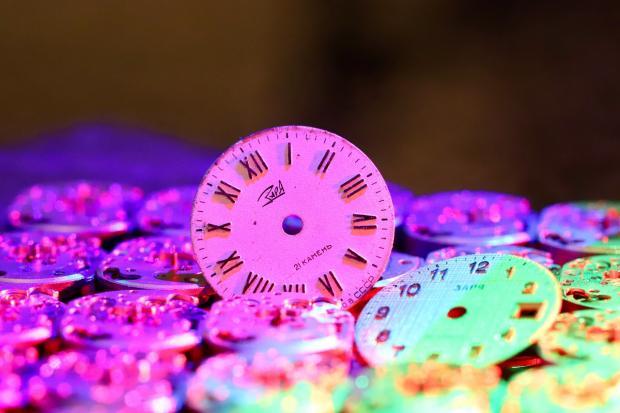 груда разноцветных круглых циферблатов