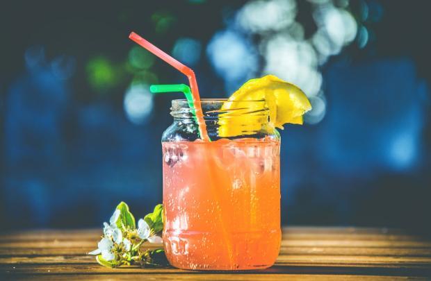 стоит стакан фруктового напитка