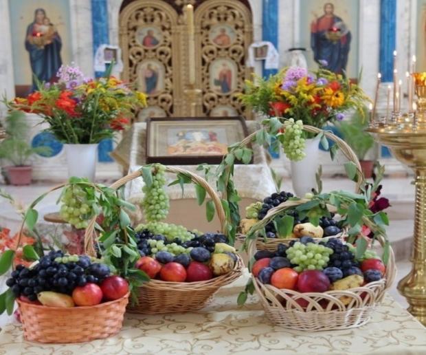 яблоки в плетеных корзинах принесли для освящения в церковь